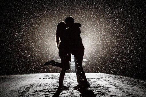 love-kissing-snow-monochrome-silhouettes-winter-lights-light-backlight